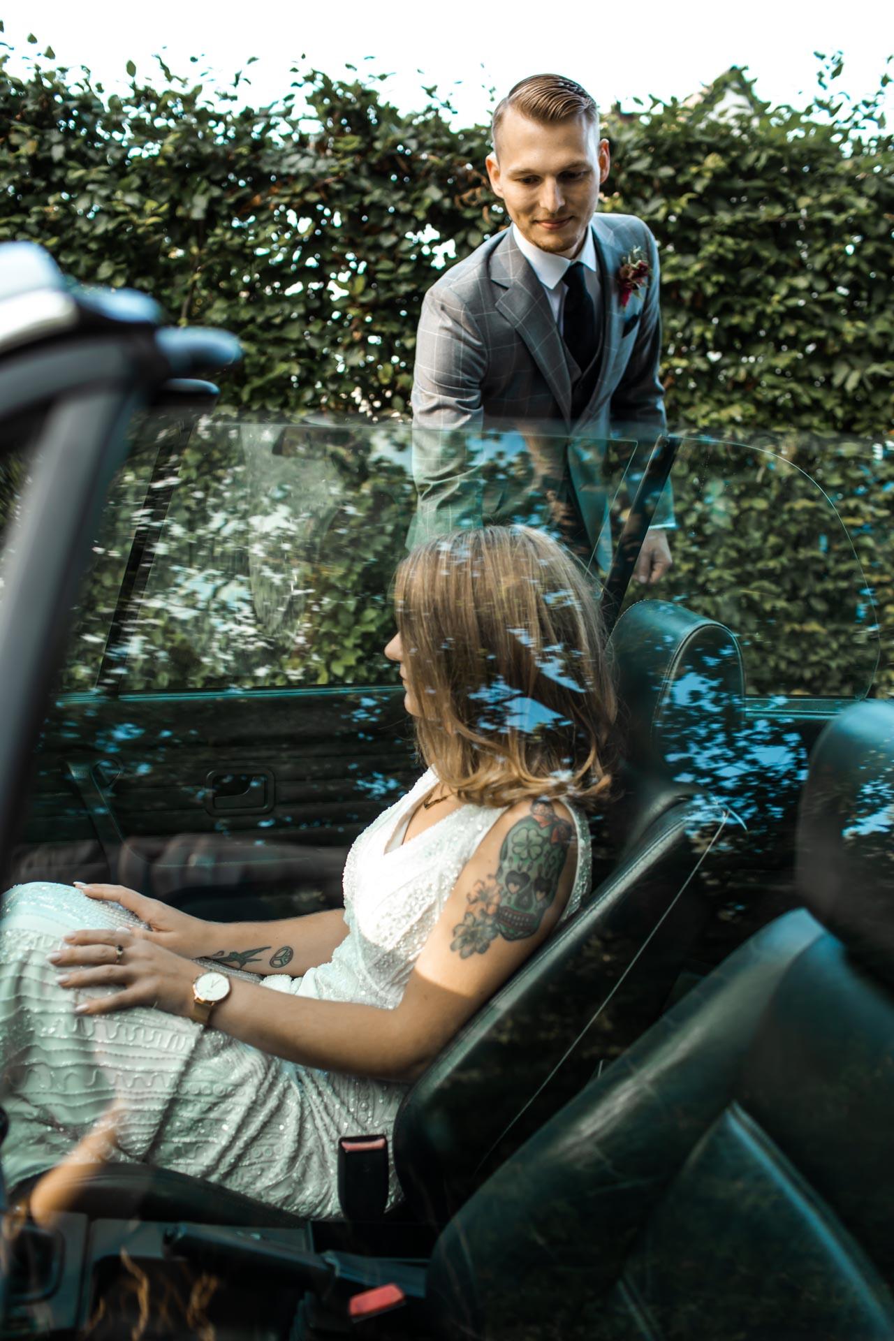 Brautpaar Shooting Hochzeits-Auto