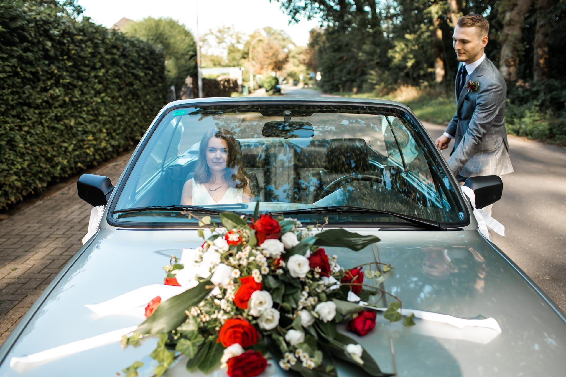 Brautpaar Shooting Hochzeitsauto